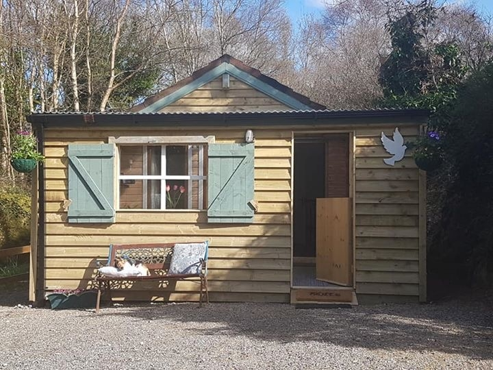 Sleepy Oaks Pet-Friendly Self-Catering Cabin at Sleepy Hollows Campsite
